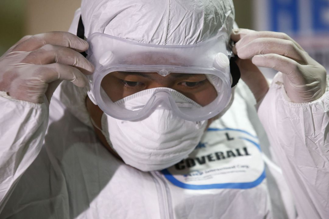 An emergency responder of the Quezon City Disaster Risk Reduction and Management Office (QCDRRMO) wears protective gear during a demonstration on responding to cases of infectious diseases, at the QCDRRMO office in Quezon City, Philippines 31 January 2020. The Philippines reported its first case of coronavirus after a woman from Wuhan arrived in the country on 21 January 2020. (Filipinas)