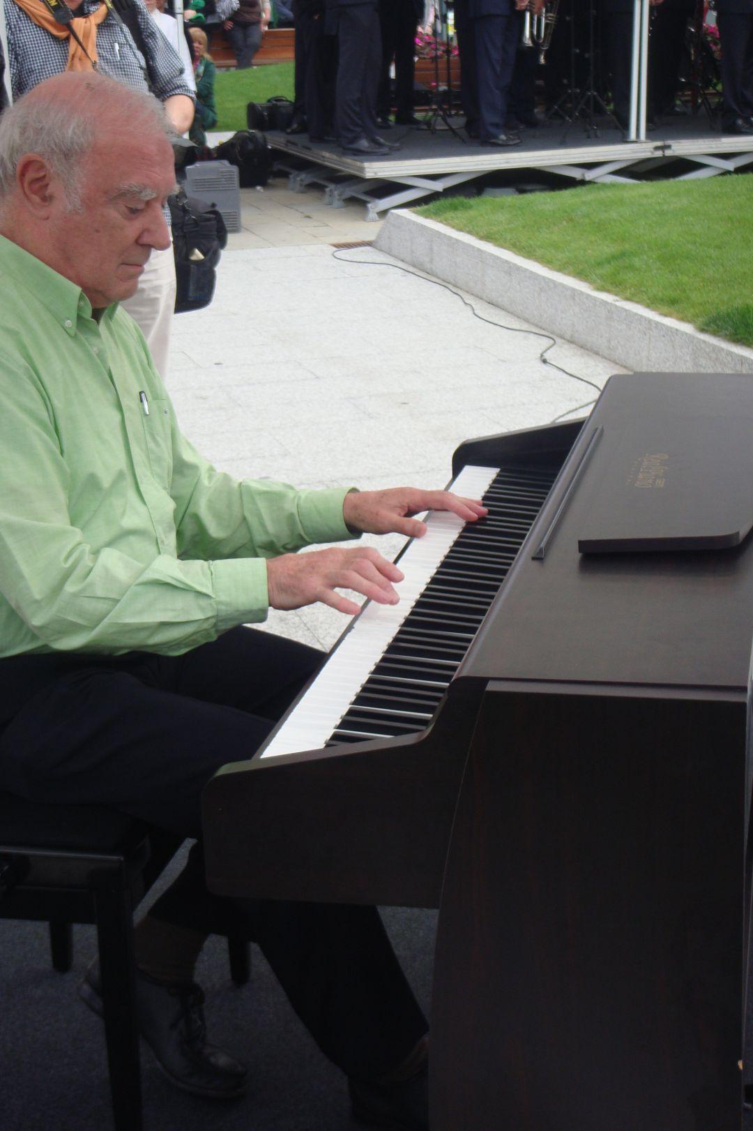 José Luis Azkue, con un piano en un reconocimiento a Luis Mariano en Irun.