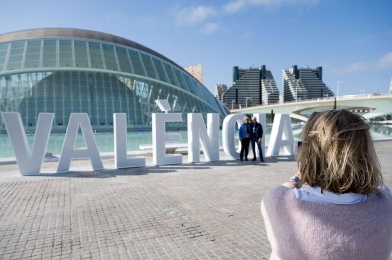Las Letras De València Ya Lucen En La Ciudad De Las Artes Y Las Ciencias Radio Valencia Cadena Ser