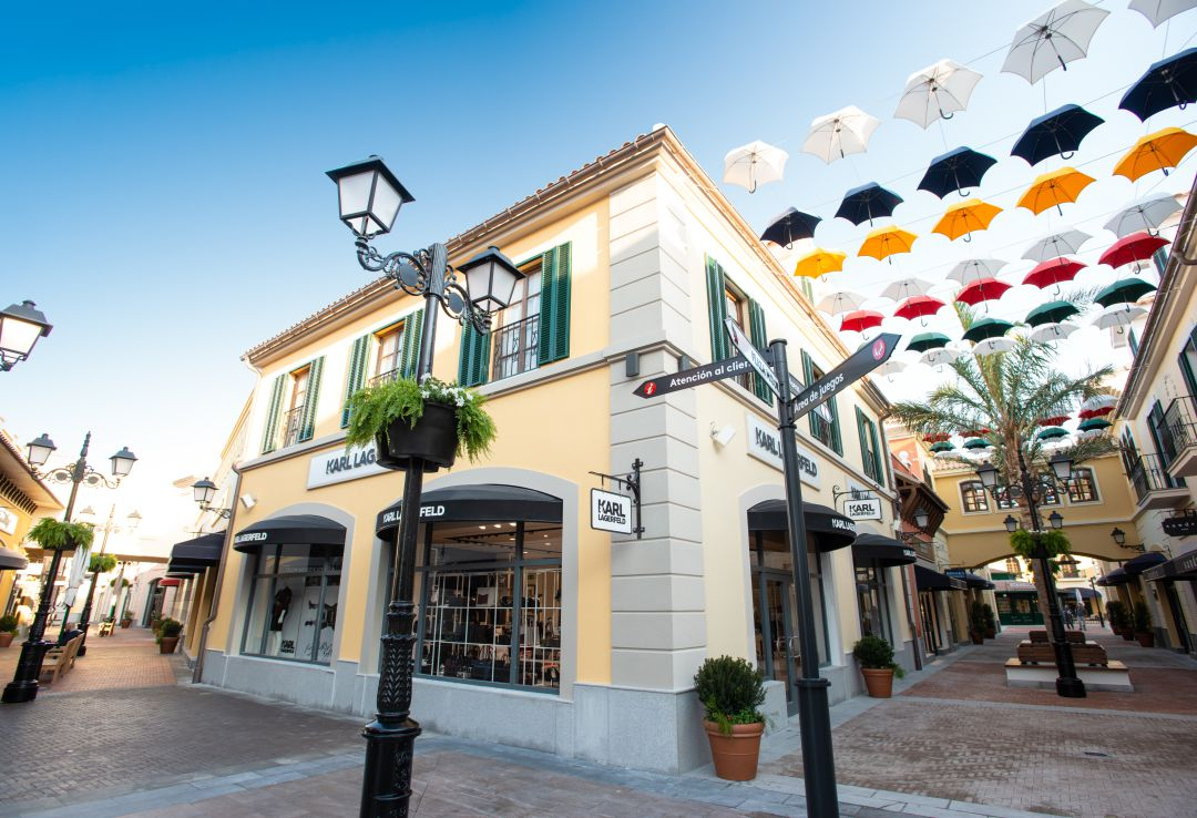 Ejecutar tonto Sesión plenaria  El 'outlet' de lujo de Plaza Mayor abre este jueves con 40 de sus tiendas |  SER Málaga | Hora 14 Málaga | Cadena SER
