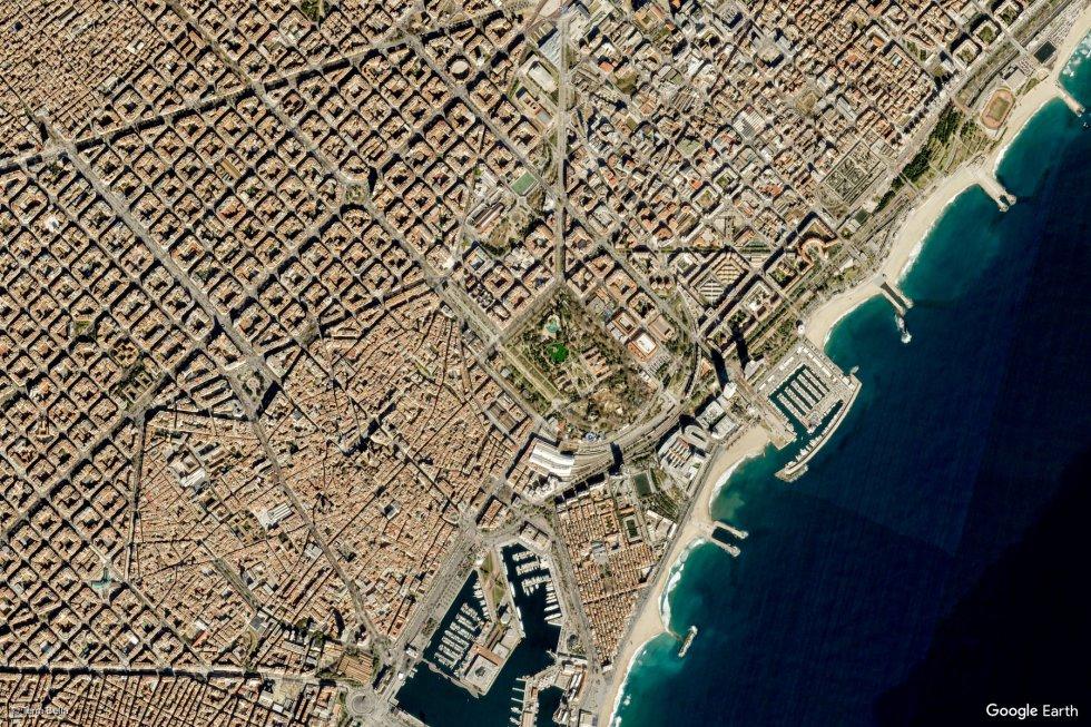 La imagen de satélite ha captado el urbanismo en cuadrícula de Barcelona.