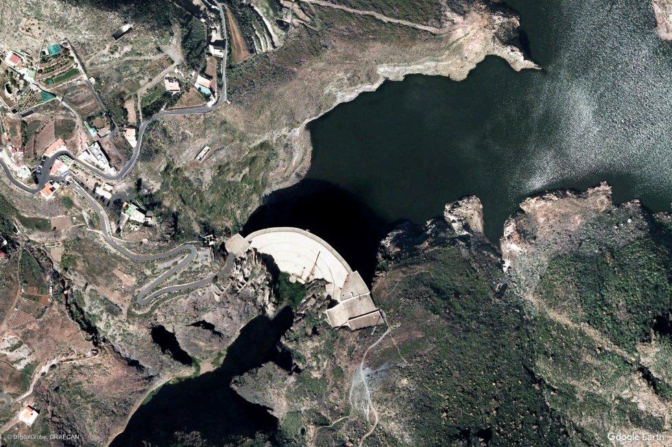 Mogán (Las Palmas, Gran Canaria). En la imagen, el embalse de Soria y su presa, la mayor de las Islas Canarias.