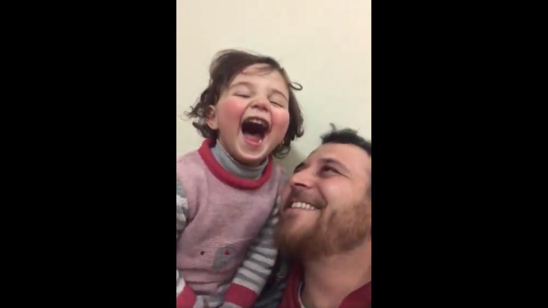 Reírse con cada bomba: el juego que un padre sirio ha inventado para que su hija no tenga miedo