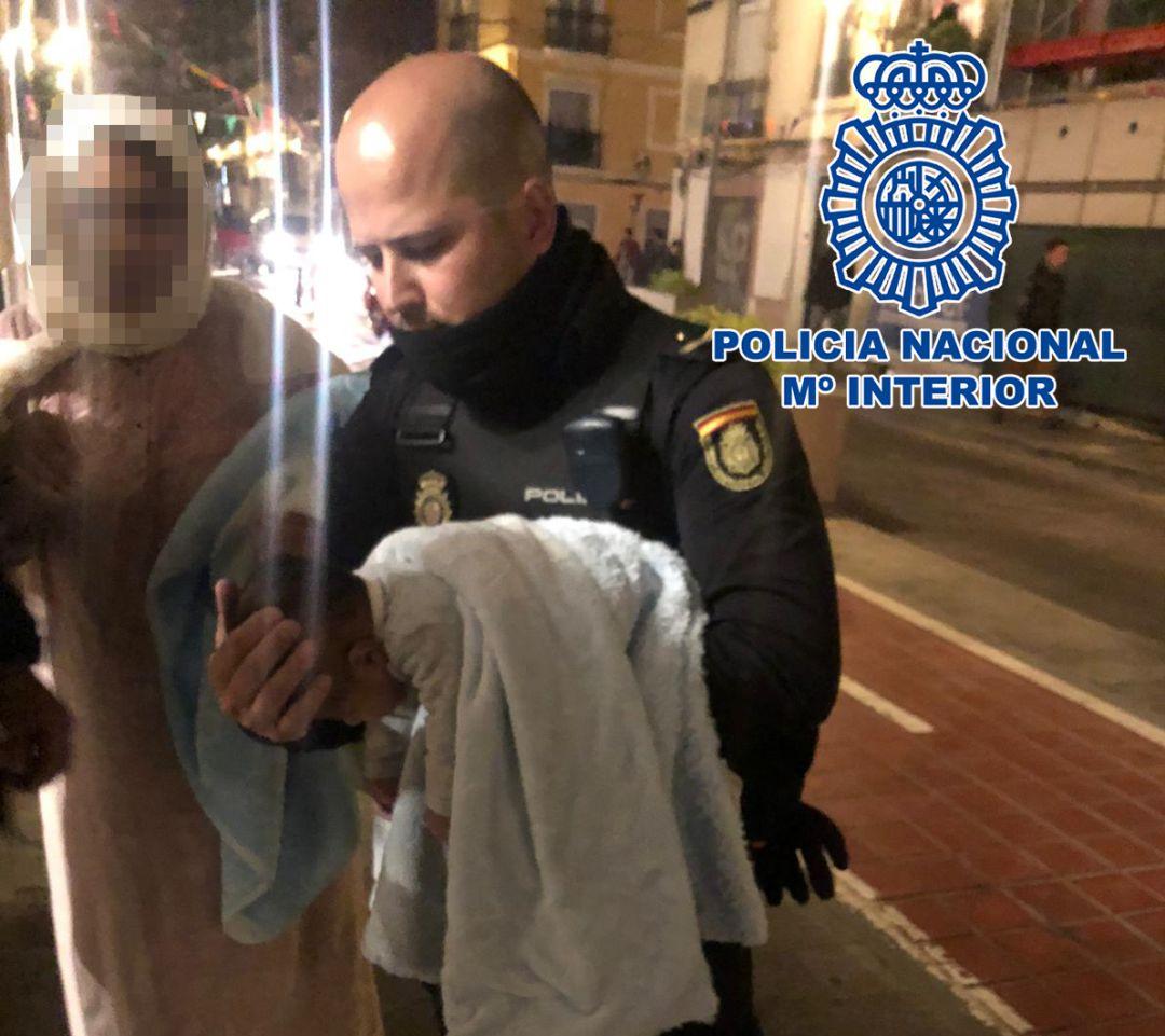 Los agentes salvaron la vida al bebé de dos meses