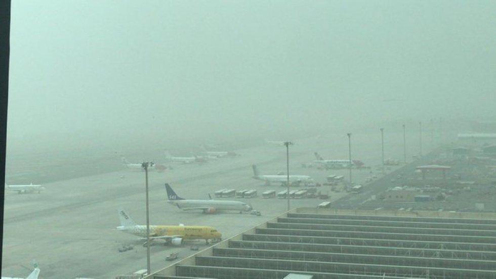 Aeropuerto de Gran Canaria bajo los efectos de la calima. La calima obliga a suspender los vuelos hacia Canarias.