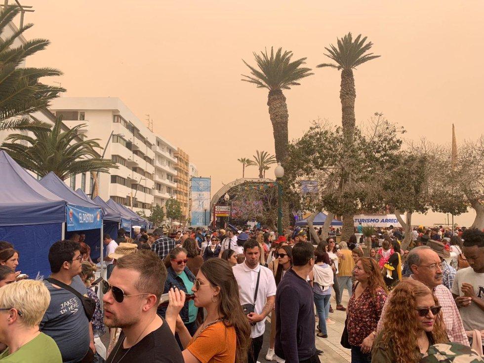 Carnaval de Día en Arrecife bajo los efectos de episodio de calima.
