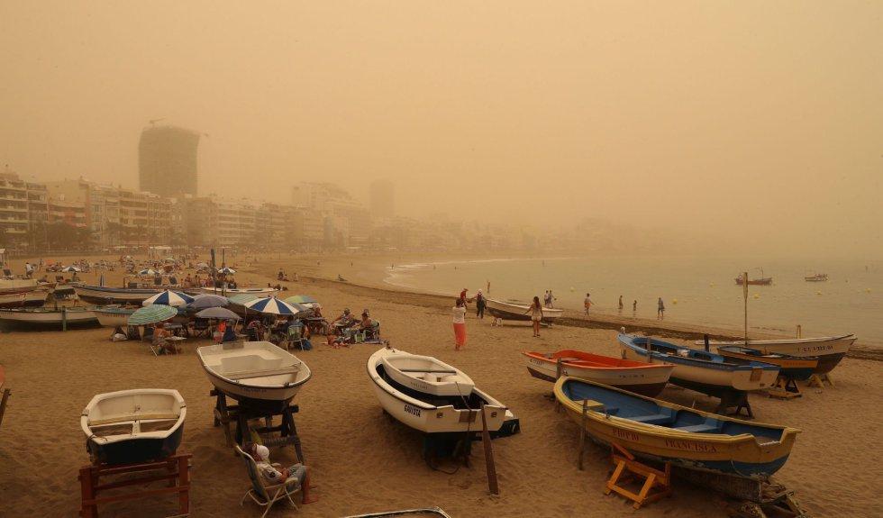 Canarias está afectada desde este sábado por una intensa calima (arena y polvo del desierto del Sáhara en suspensión) provocada por viento fuerte con rachas muy fuertes de componente este, que se intensificará el domingo, y puede superar los 80-100 km por hora, sobre todo en zonas altas y de medianías donde no se descarta que superen los 120 km/h. En la imagen, aspecto de la playa de Las Canteras de Las Palmas de Gran Canaria.