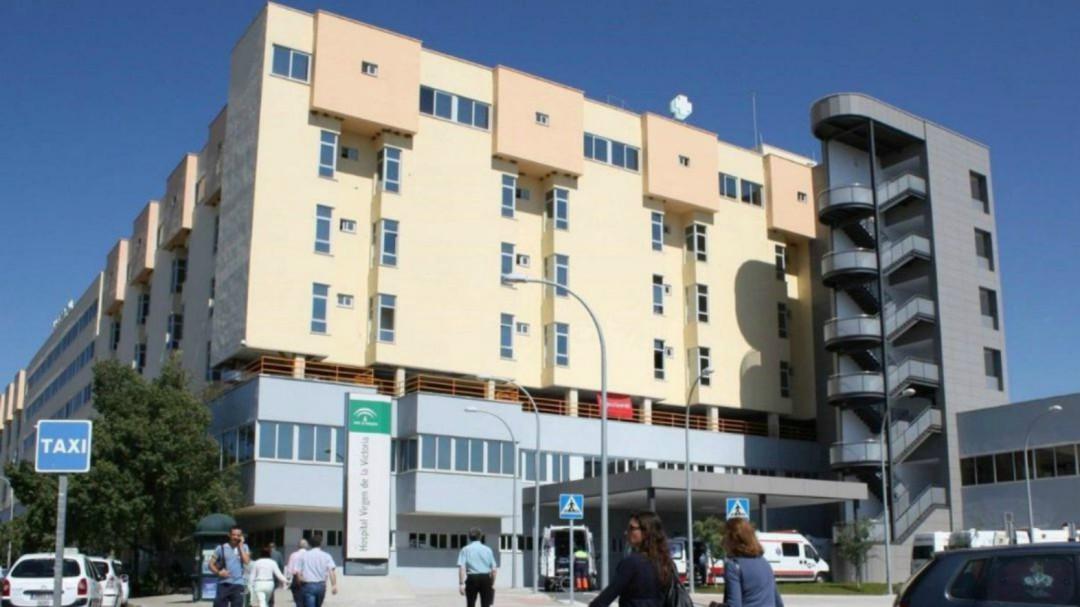 Cazan a un médico saliendo de un hospital de Málaga con 300 mascarillas