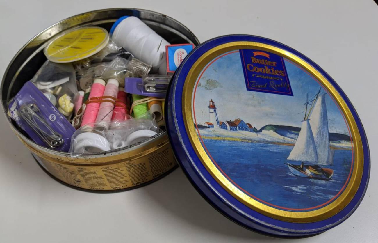 Las latas de galletas repletas de hilos y otros objetos imprescindibles de  la casa de tus padres | Sociedad | Cadena SER