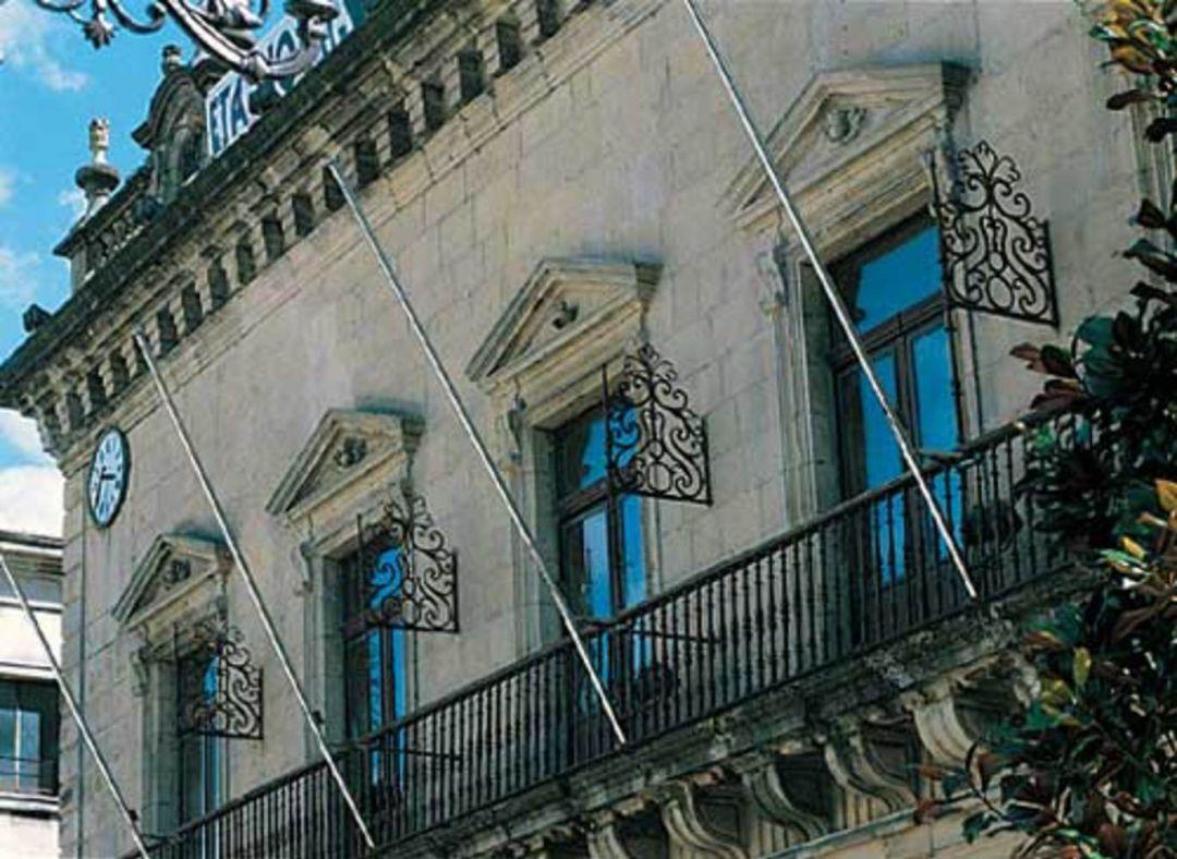 Fachada de la casa consistorial que desde hoy se iluminará de azul en homenaje a los sanitarios que trabajan en esta crisis provocada por el Covid-19.