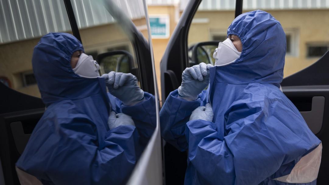 La cifra de contagios y muertos por coronavirus en España vuelve a bajar: 5.756 nuevos casos y 683 fallecidos
