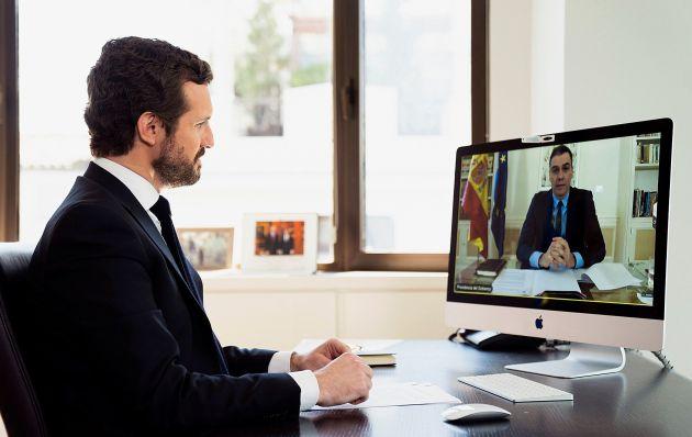 El líder del Partido Popular, Pablo Casado (izq), durante la videoconferencia con Pedro Sánchez