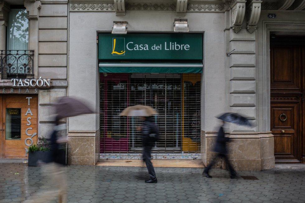 Fachada de una librería de la Casa del Libro cerrada por la pandemia del COVID-19.