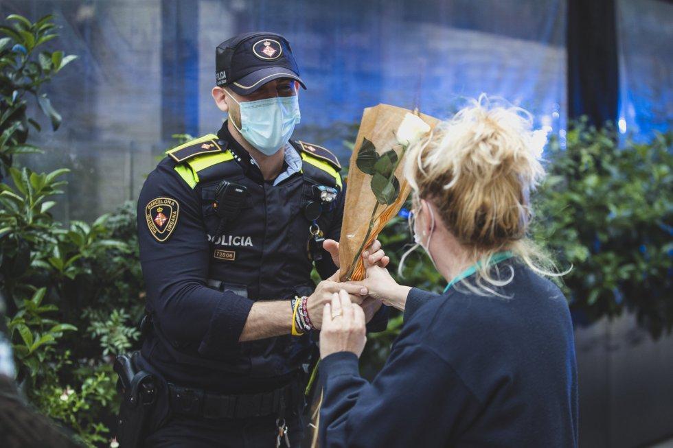 Sanitarios del hospital Clinic reciben una flor en el día de Sant Jordi.
