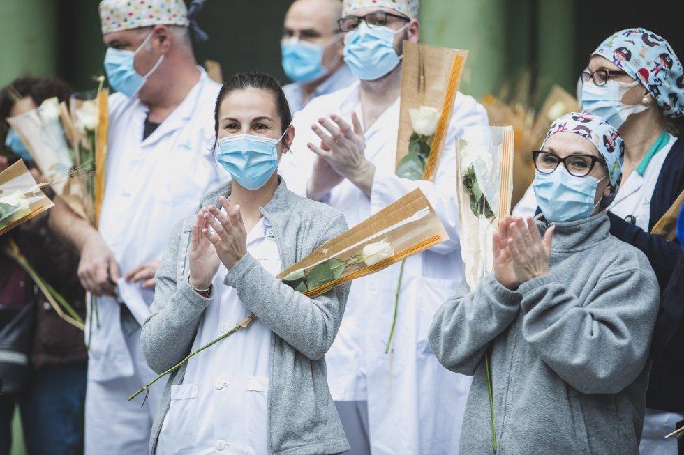 Los sanitarios del Hospital Clinic de Barcelona aplauden el gesto de la guardia Urbana.