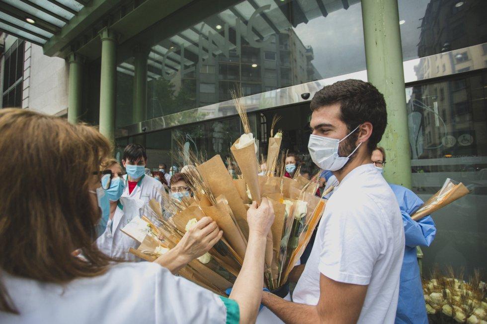 La empresa La Rosa ha repartido cientos de rosas por Sant Jordi entre los trabajadores sanitarios.