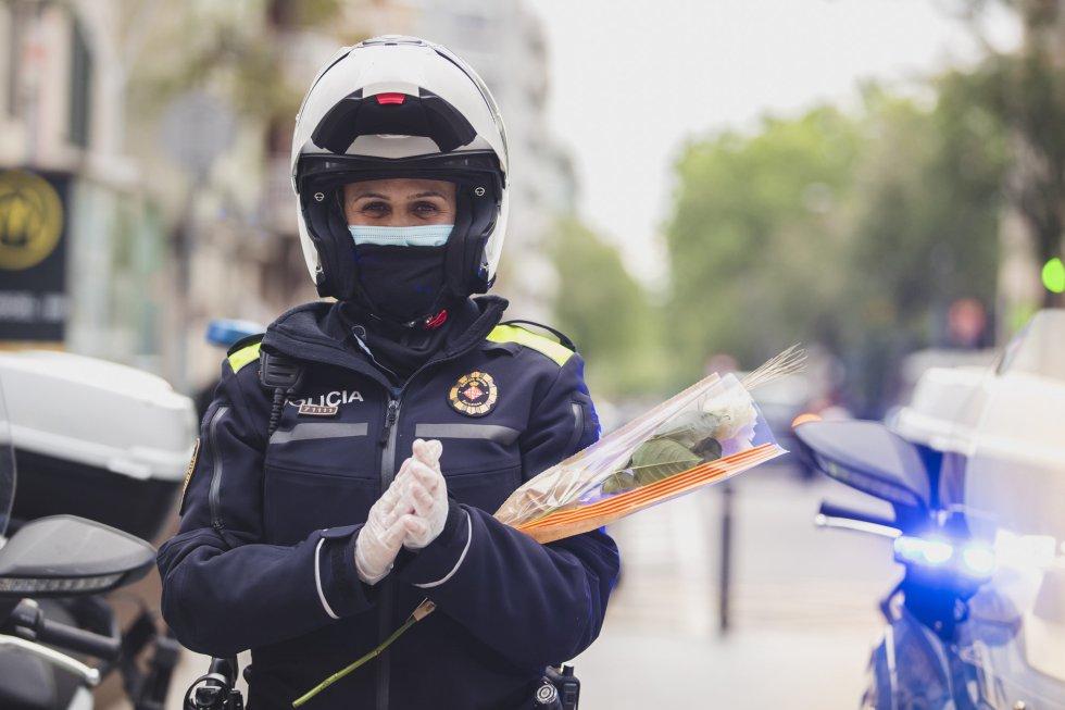 Una guardia urbana de Barcelona aplaude a los sanitarios del Clinic.