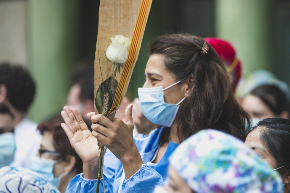 Los sanitarios celebran un inusual Sant Jordi.