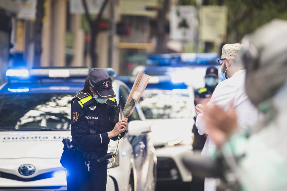 Rosas para la policía y los sanitarios.