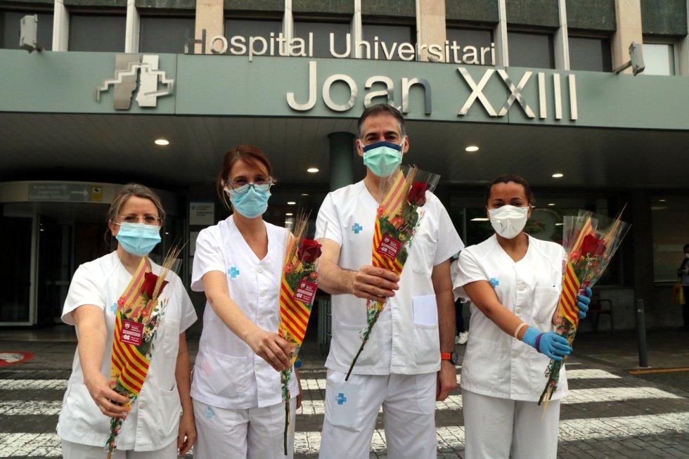 Cuatro profesionales sanitarios del Joan XXIII de Tarragona con su rosa de Sant Jordi.