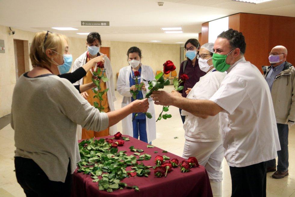 Varios trabajadores del Hospital de Bellvitge recogen su rosa de San Jordi.