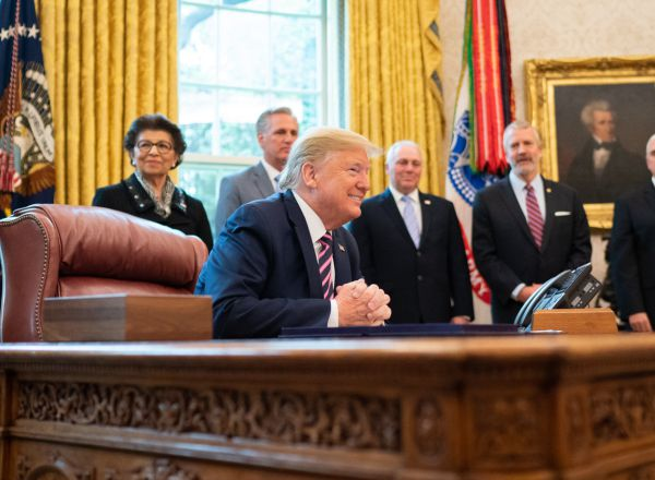 HANDOUT - 24 April 2020, US, Washington: US President Donald Trump (2nd L) talks with Vice President Mike Pence (R), Cabinet members and senior legislators, prior to signing the Paycheck Protection Program and Health Care Enhancement Act, at the Oval Office of the White House. Photo: Shealah Craighead/White House /dpa - ATTENTION: editorial use only and only if the credit mentioned above is referenced in full    24/04/2020 ONLY FOR USE IN SPAIN