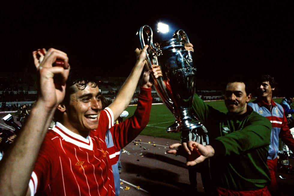 El exfutbolista y presentador de la SER Michael Robinson ha fallecido a los 61 años por un grave cáncer que hizo público en diciembre de 2018. En esta imagen de archivo, Michael levanta la Copa de Europa que ganó en 1984 con el Liverpool frente a la Roma.