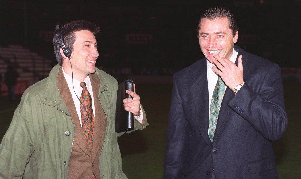 Michael Robinson con el comentarista deportivo Carlos Martínez.
