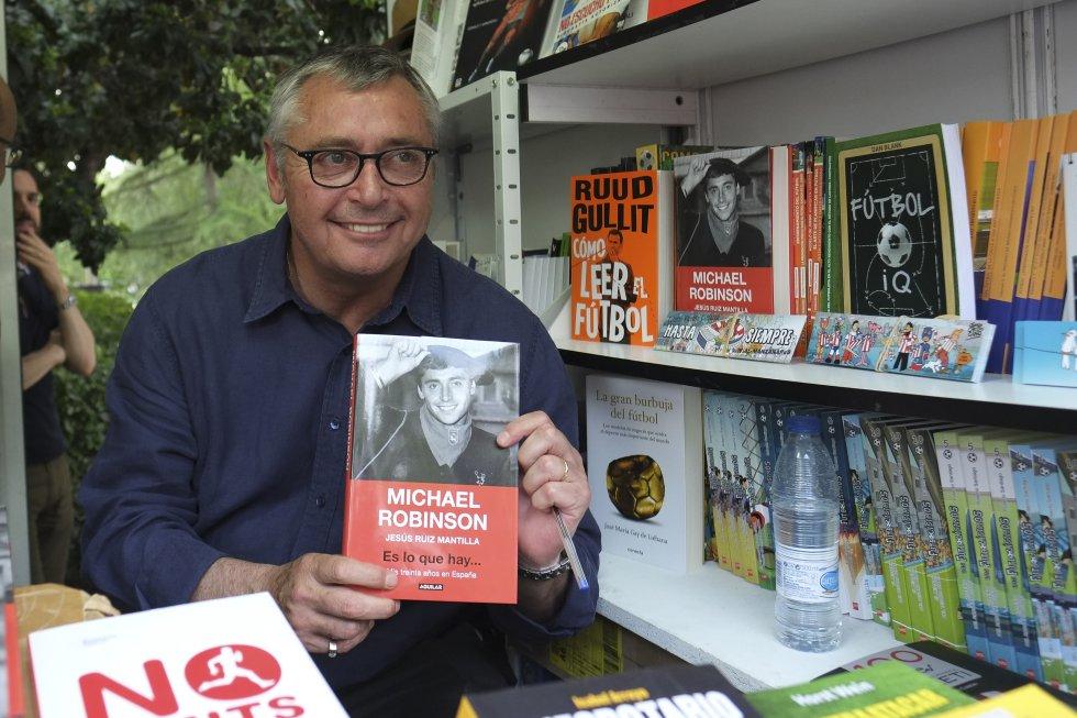 Michael Robinson firmando libros en la feria del libro de Madrid en julio de 2017.