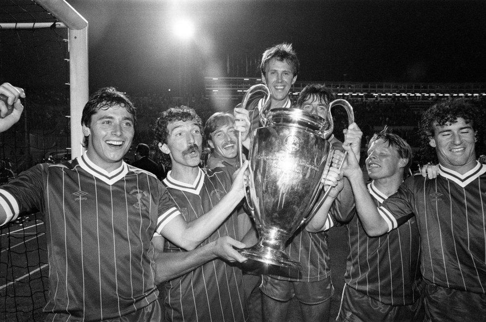 El Liverpool, con Michael Robinson primero por la izquierda, celebra la Copa de Europa del 1984 en el Estadio Olímpico de Roma.