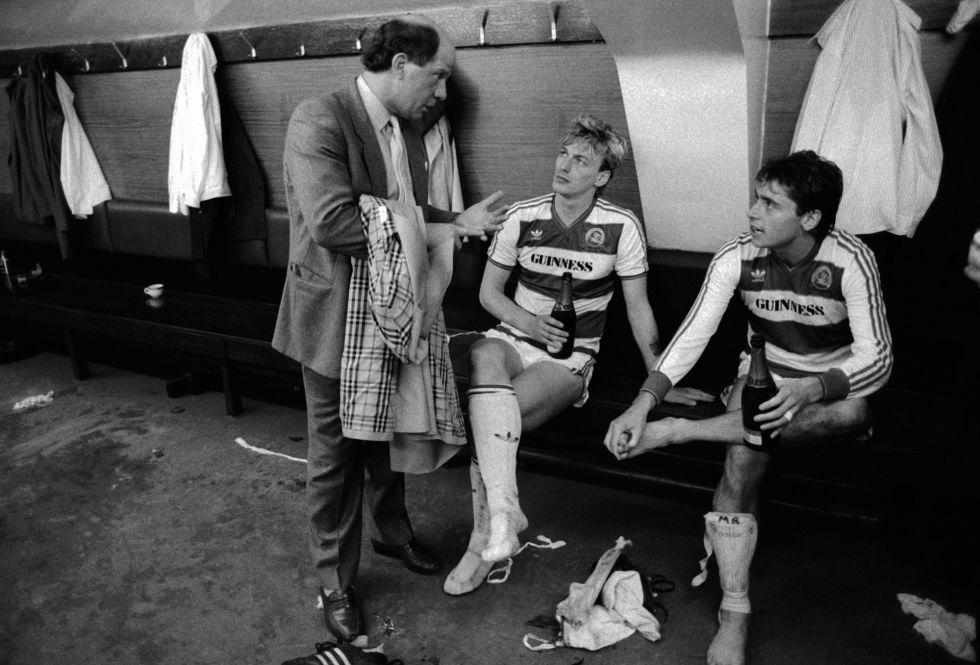 El entrenador del Queens Park Rangers (a mla izquierda), da instrucciones a Alan McDonald y Michael Robinson en 1986.
