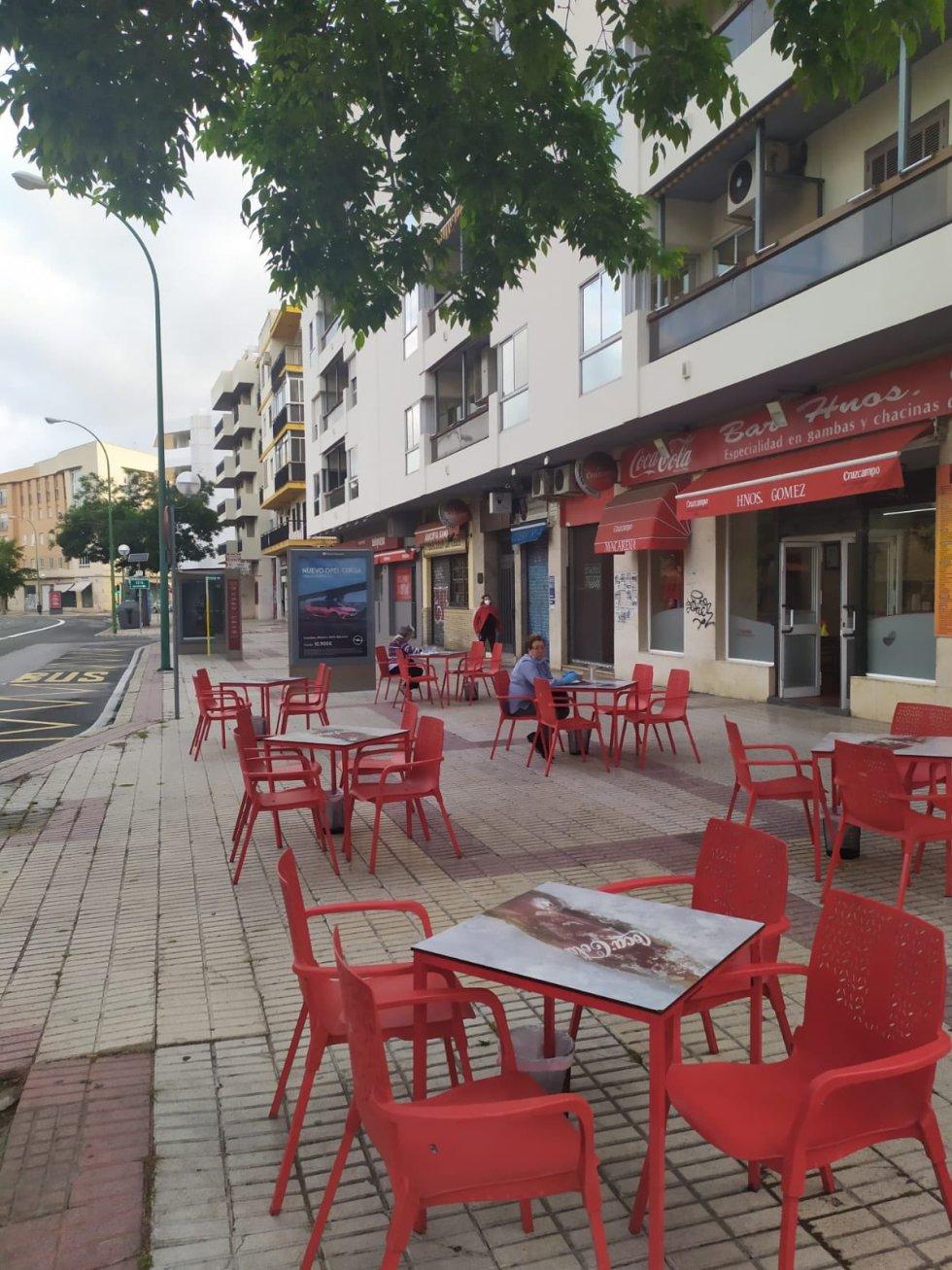 Mesas separadas en una terraza de Sevilla.
