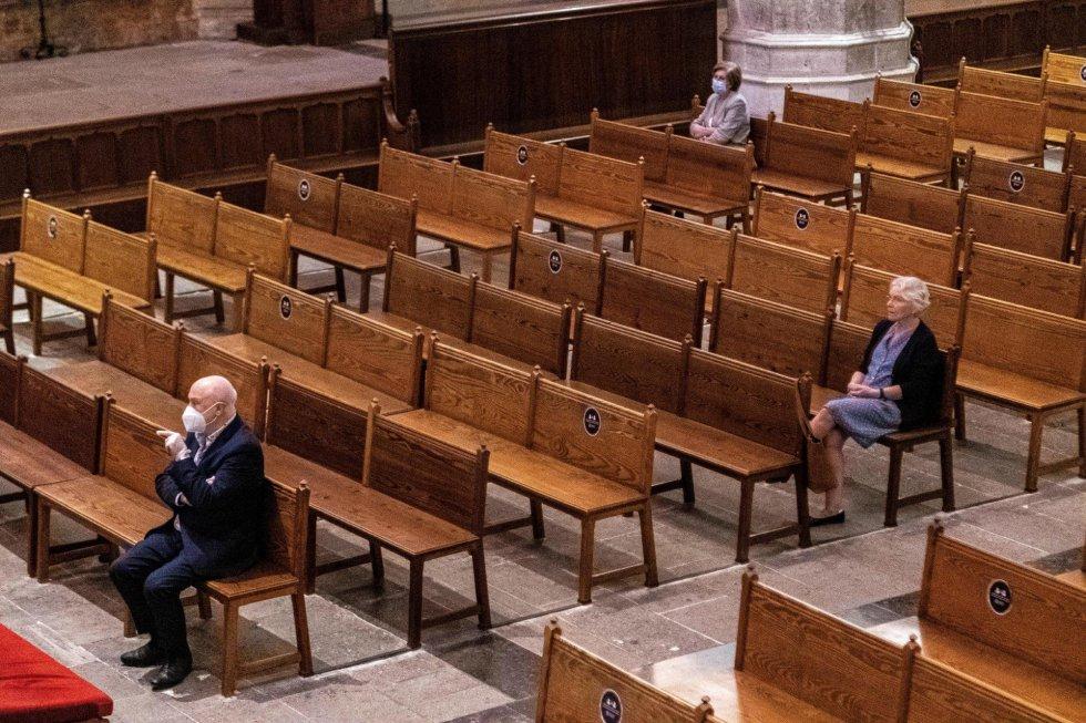 Varios fieles guardan la distancia de seguridad mientras asisten a misa en la Catedral de Palma de Mallorca, este lunes.