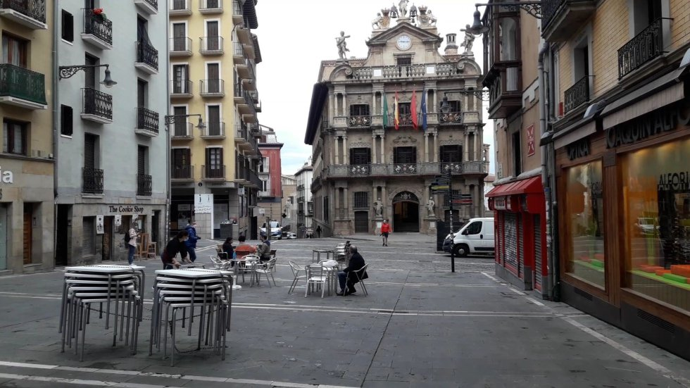 Clientes en una terraza de Pamplona en el primer día de la fase 1 de la desescalada en Navarra.