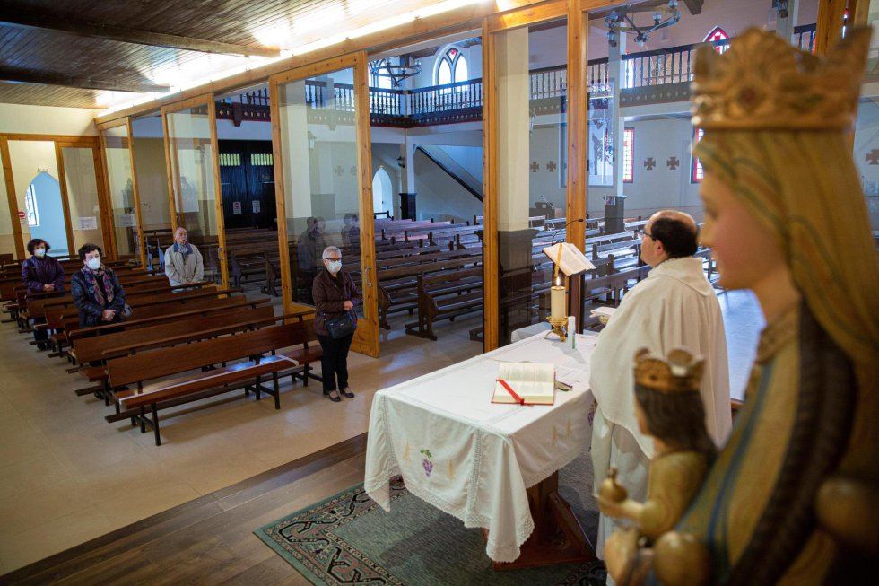 El párroco de San Cristóbal de Vitoria da misa a cuatro fieles este lunes, en el que Euskadi inicia la fase 1 de la desescalada de la pandemia de la COVID-19.