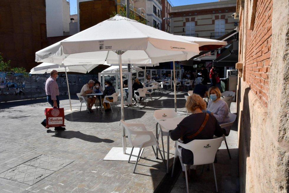 Varias personas desayunan en la terraza de una cafetería de Almería, una de las provincias de Andalucía que ha pasado a la fase 1 de la desescalada.