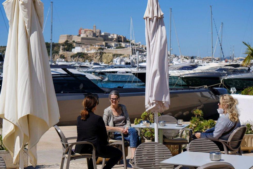 Varias personas desayunan en las terrazas del puerto deportivo Marina Botafoch en Ibiza, este lunes, cuando arranca la fase 1 de la desescalada.