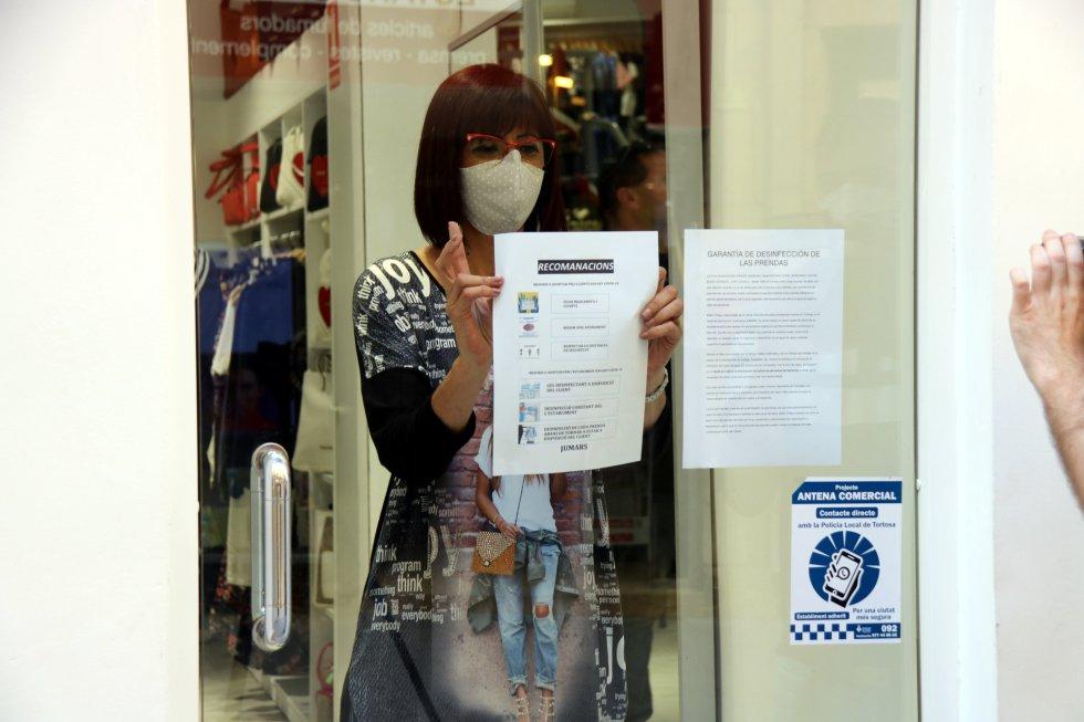 Una trabajadora  en una tienda del centro de Tortosa.
