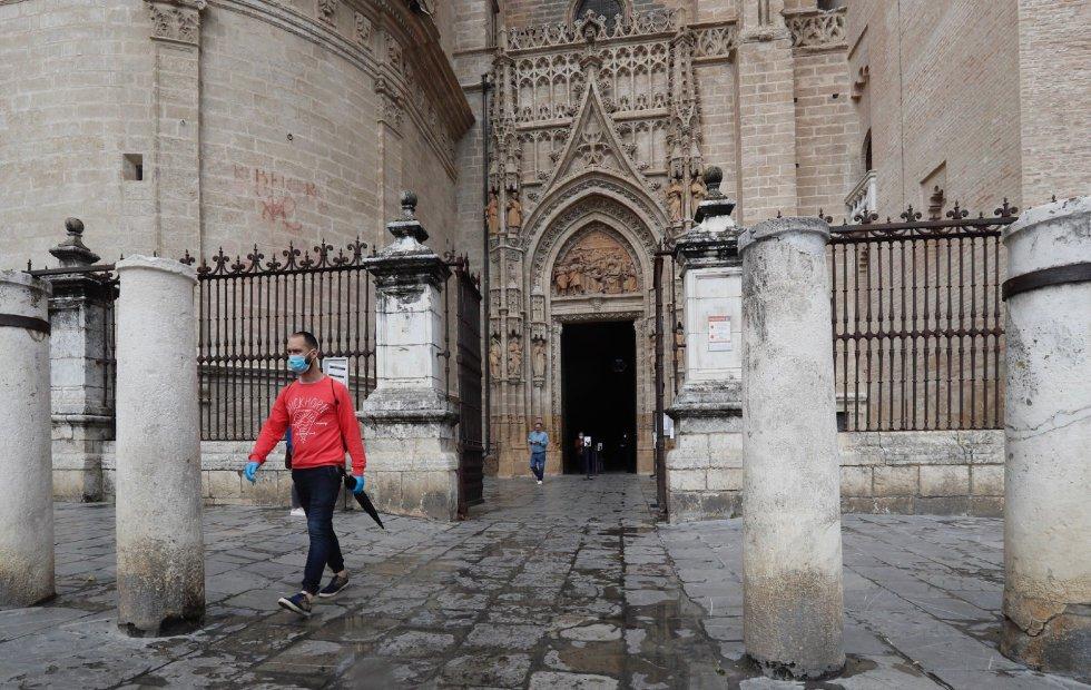 Varias personas salen de la Catedral de Sevilla, en la fase 1 de la desescalada.