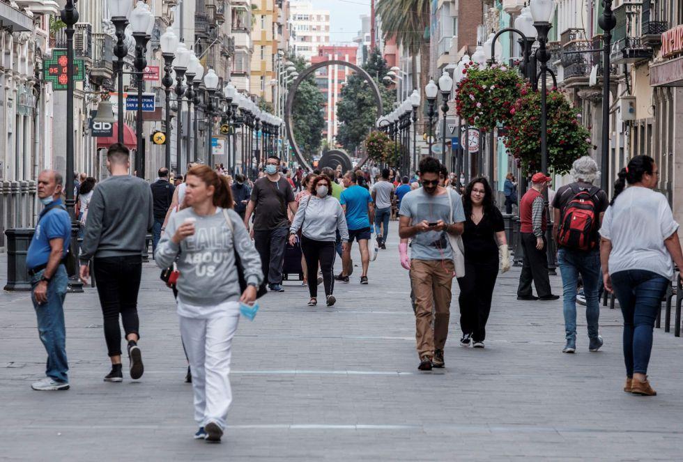 Varias personas pasean por la calle Mayor de Triana, en lacapital grancanaria, este lunes.