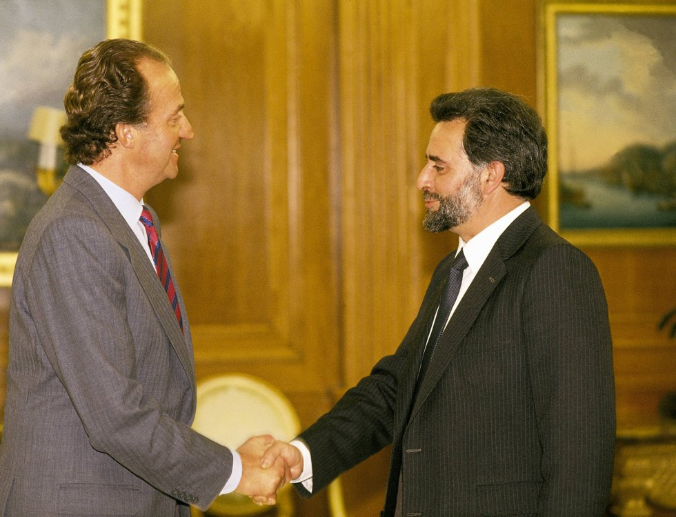 Julio Anguita junto a Juan Carlos I, en uno de sus primeros actos institucionales como secretario general del PCE.