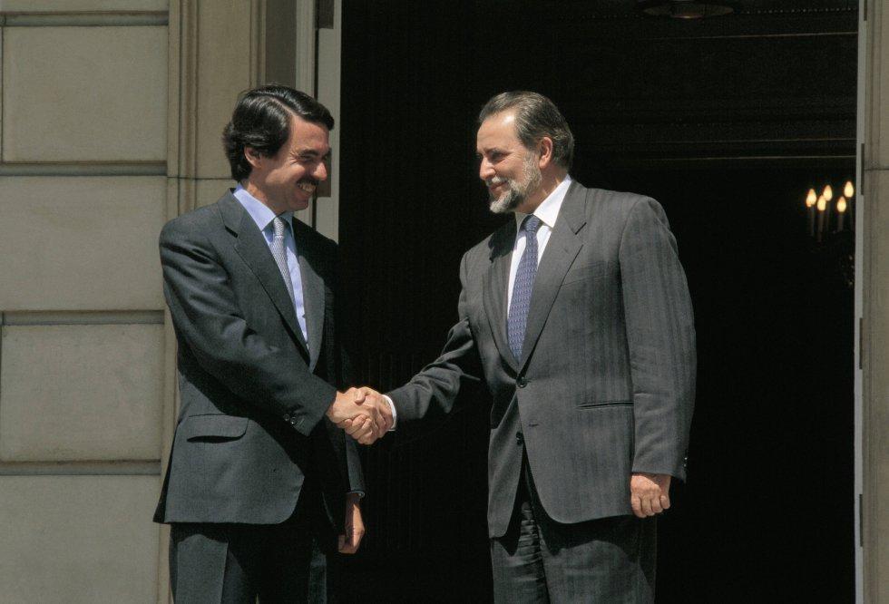 Julio Anguita en un encuentro con José María Aznar en La Moncloa.