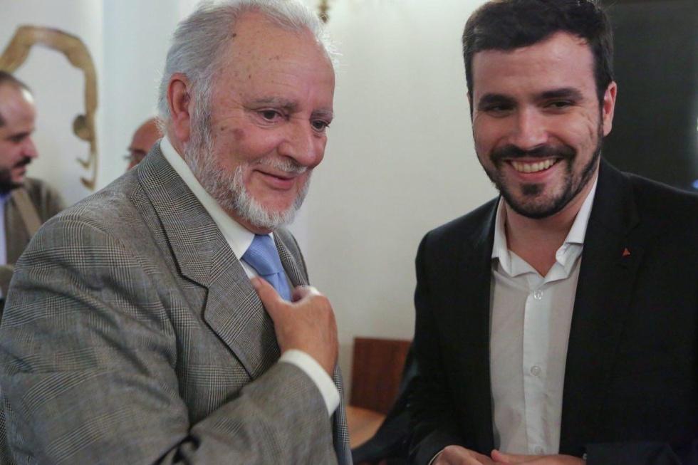 Julio Anguita junto a Alberto Garzón, secretario General de Izquierda Unida en una imagen de 2015.
