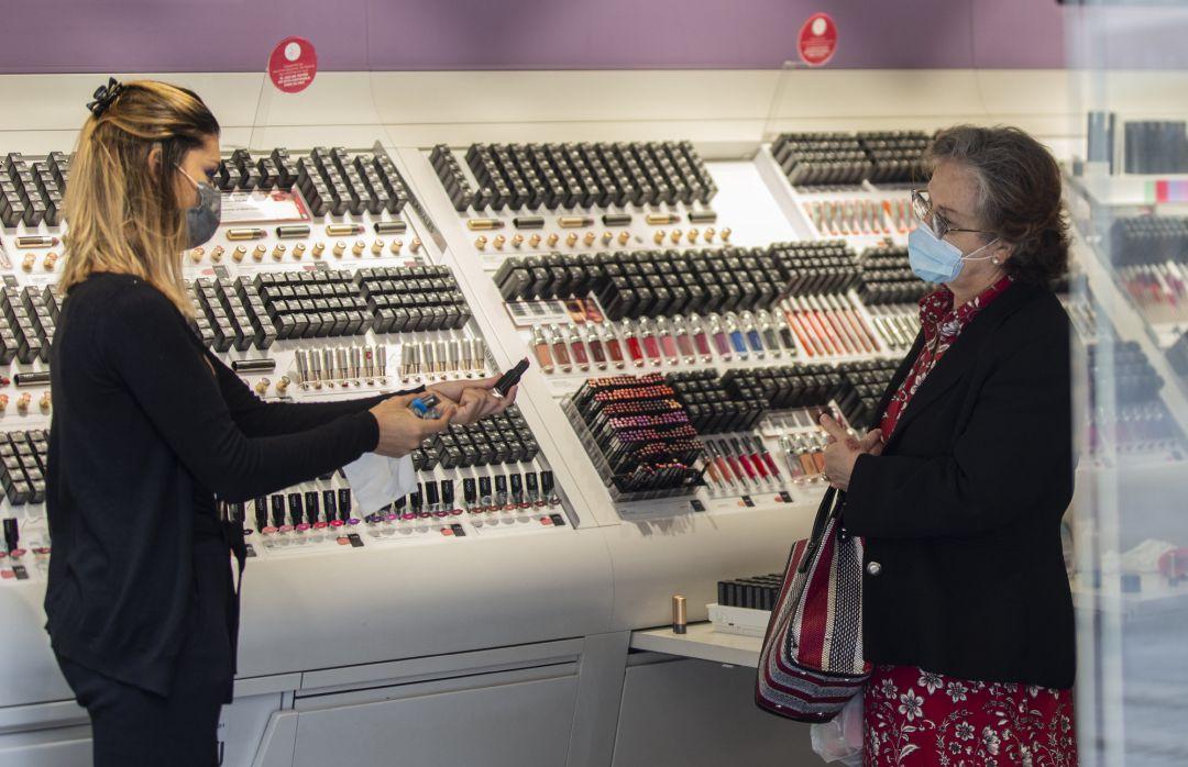 """Cómo va a cambiar la cosmética tras el coronavirus?: """"No volveremos a  probarnos el maquillaje en los estands""""   Sociedad   Cadena SER"""