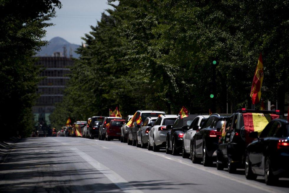 Una cola de automóviles con banderas de España durante una manifestación en Granada