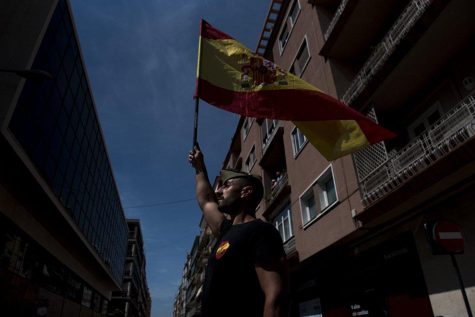 Un hombre lleva la bandera de España durante la manifestación de Vox para pedir la dimisión del Gobierno de Pedro Sánchez por su gestión durante la pandemia del COVID-19.