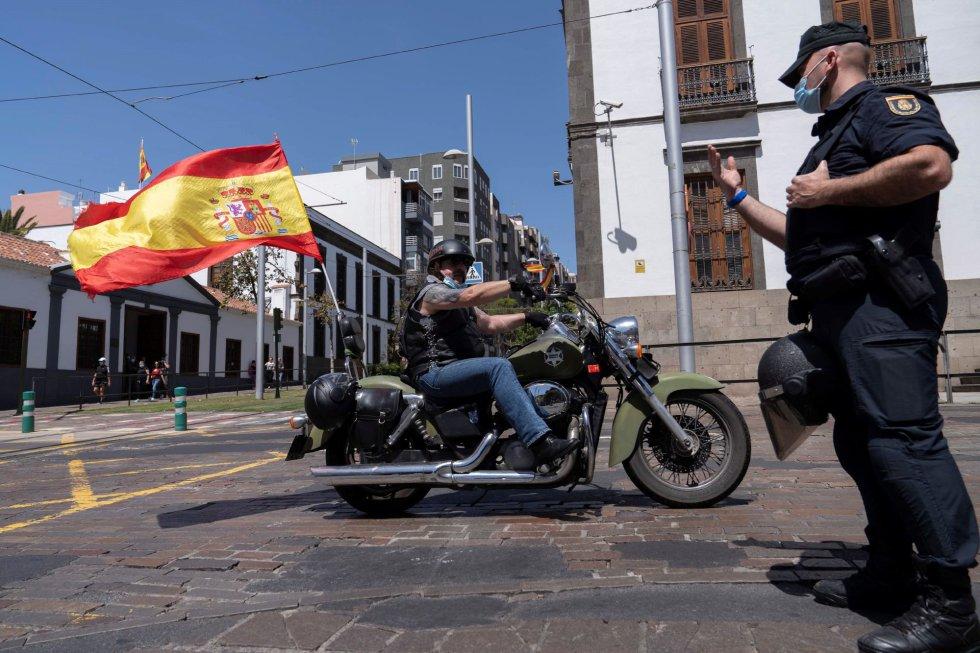 Vox convocó este sábado una caravana de coches por las calles de Santa Cruz de Tenerife para protestar contra la gestión de la pandemia por parte del Gobierno de España.