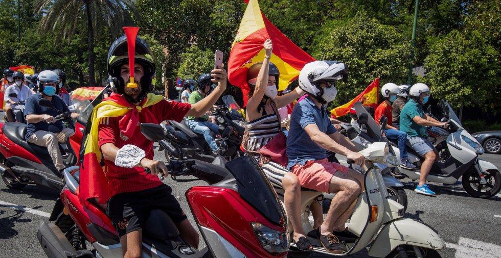 """Manifestación a bordo de vehículos convocada por Vox bajo el lema """"Caravana por España y su libertad"""" que ha discurrido esta mañana por las calles de Sevilla."""