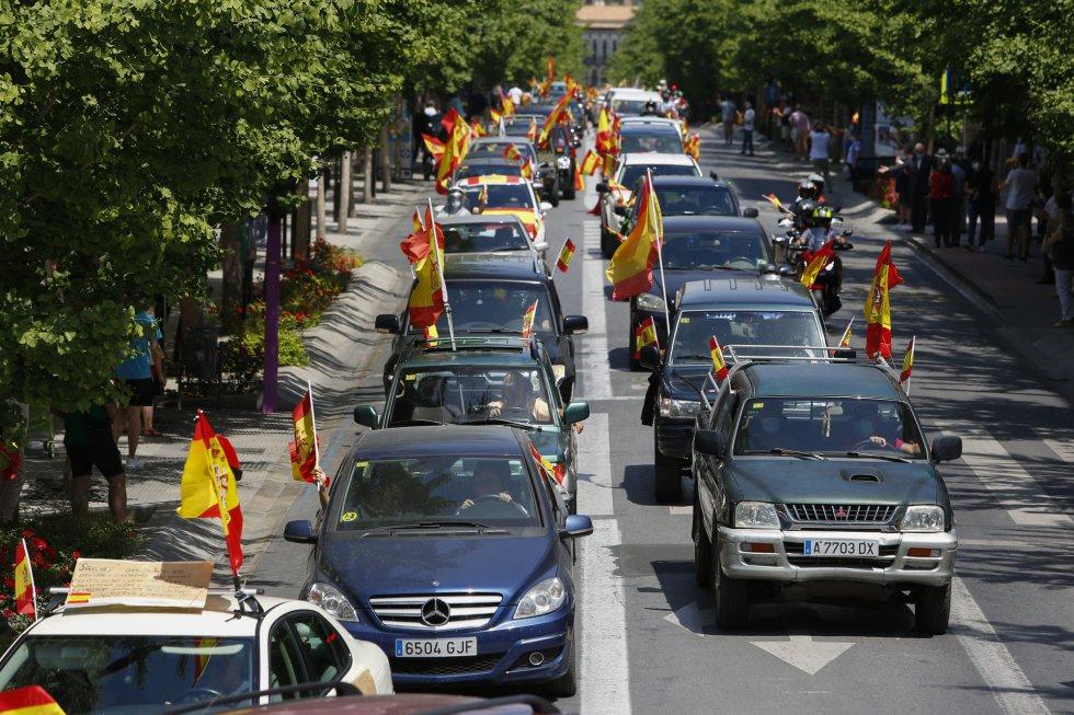 En Granada, caravana de coches convocada por Vox contra la gestión del Gobierno de Pedro Sánchez en la crisis del coronavirus.