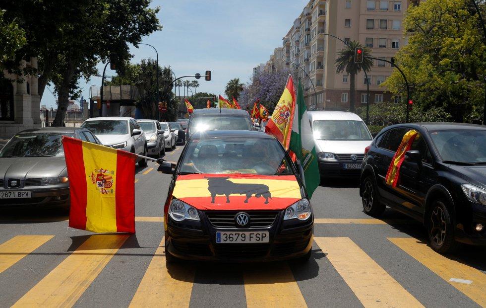 Partidarios de Vox agitan banderas desde los automóviles en Málaga durante una protesta contra el Gobierno